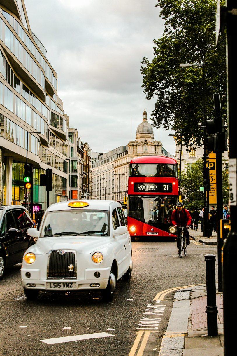 מונית ואוטובוס אדום בלונדון